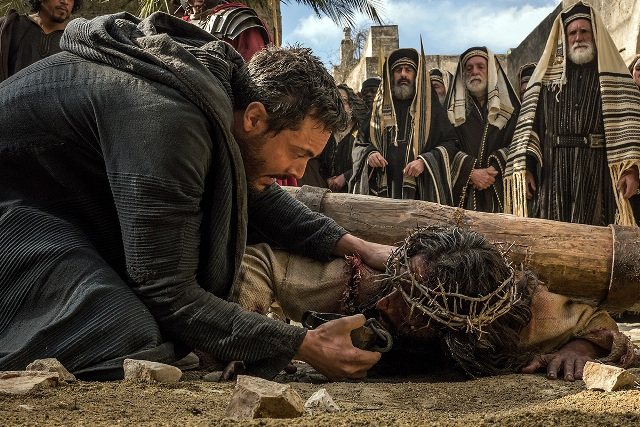 Ben-Hur (Jack Huston) offers water to Jesus (Rodrigo Santoro) Photo: ShareBenHur.com
